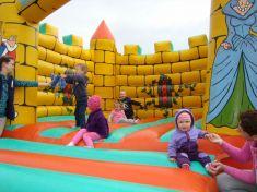 O skákací hrad bol veľký záujem, detičkám sa zneho nechcelo odísť